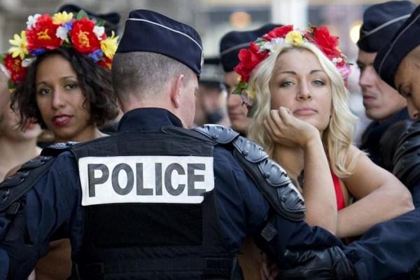 Роздягнена фемінстка «осідлала» Леніна у Києві