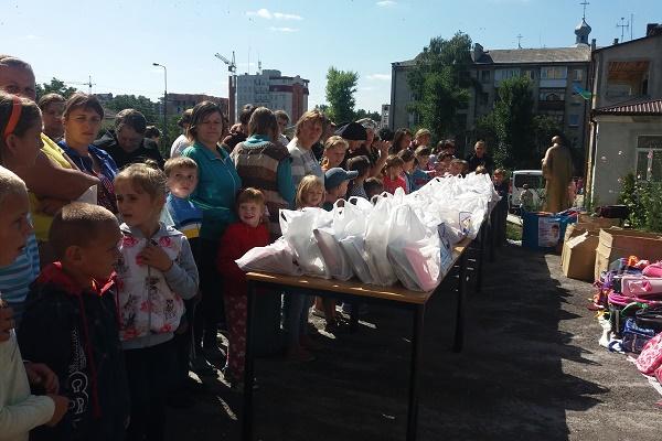 250 малозабезпечених дітей отримали шкільні портфелі у «Карітасі»