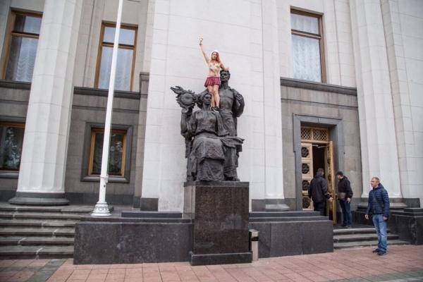 Femen зустріли депутатів пікантним шоу (Відео)