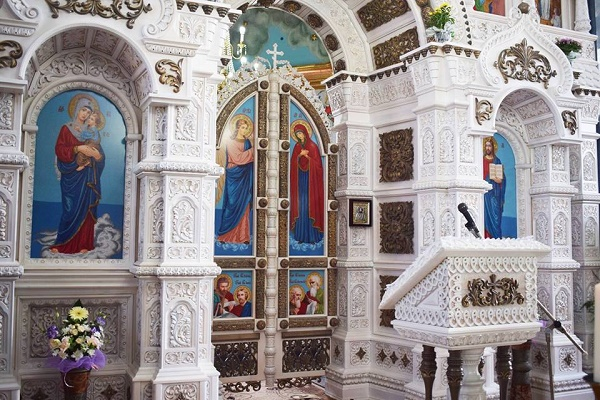 До церкви на Тернопільщині їдуть звідусіль