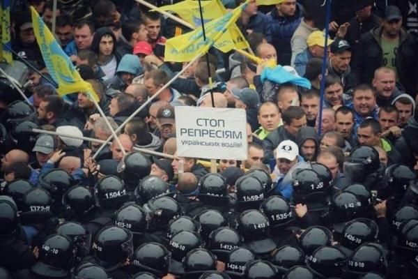 У Києві силовики жорстоко розігнали пікет автомобілістів під Верховною Радою