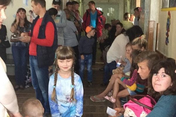 У Тернопільській дитячій поліклініці величезні черги за довідками (Відео)