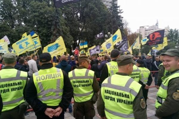 Мітинг в Києві за спрощення розмитнення європейських автомобілів завеершився. Без сутичок не обійшлося (Відео)