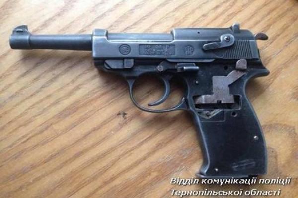 У Бережанському районі чоловік знайшов пістолет у лісі