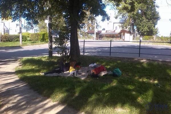 У Тернополі цигани облаштувались просто на зупинці громадського транспорту (Фото)