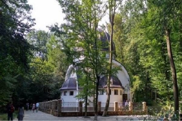 На Тернопільщині побудували точну копію хатини, де жила Діва Марія