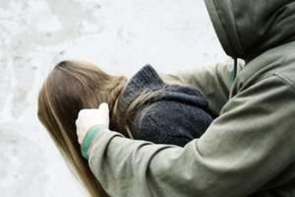 Інтернет-знайомства: Двох неповнолітніх дівчат зґвалтували декілька чоловіків