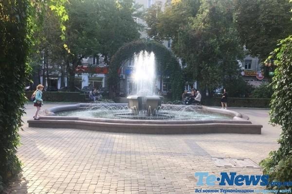 Добра тернопільська традиція: теплими осінніми днями навіть в будні працюють фонтани (Фото, відео)