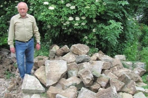 У Бережанах надгробні плити використовували для будівництва