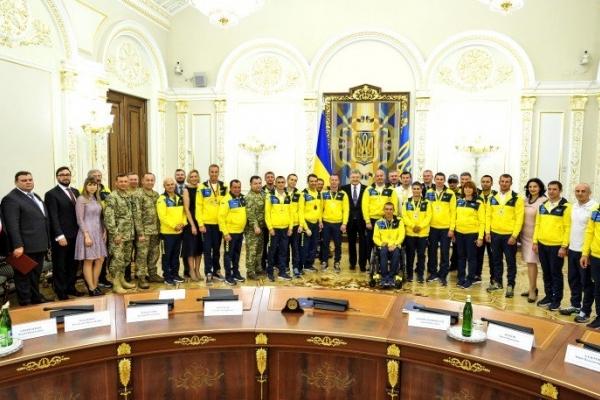 Президент Порошенко став на коліна перед героєм
