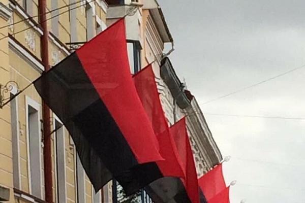 На вулицях Тернополя встановлять близько 20 червоно-чорних стягів