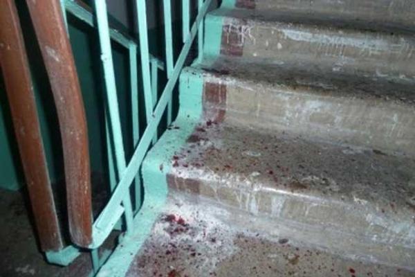 У Ланівцях п'яний чоловік впав зі сходів і помер