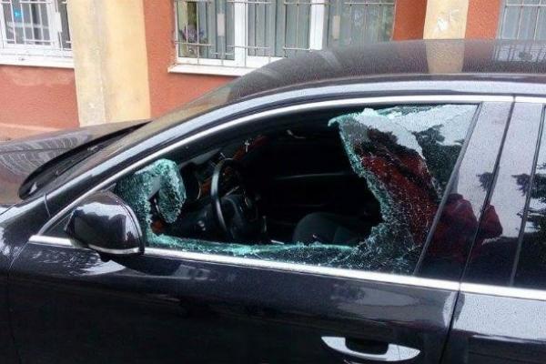 Злодій розбив елітну автівку в Тернополі