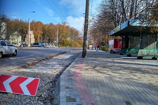 Завершуються ремонтні роботи біля зупинки на вулиці Бережанській