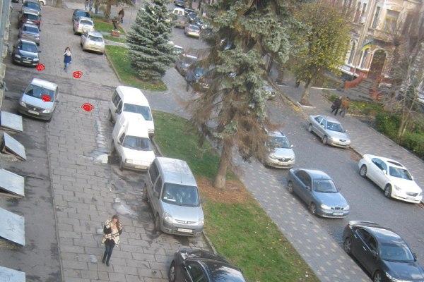 Тернополяни вимагають прибрати «парковку» з тротуару біля драмтеатру