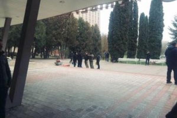 Сьогодні зранку провокатори намагались зірвати навчальний процес в Тернопільському педуніверситеті (Фото, відео)