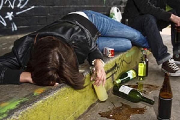 Школярка порізала себе битою пляшкою, а тоді кинулася під авто