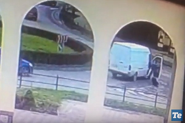 У Тернополі дівчина випала з машини (Відео)