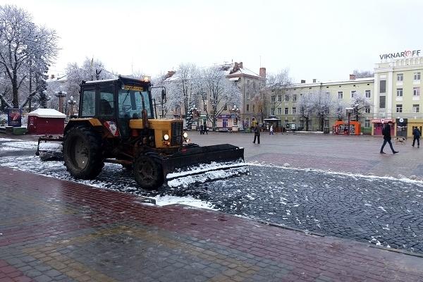 Поки тернополяни милуються снігом – комунальники його прибирають (Фото)