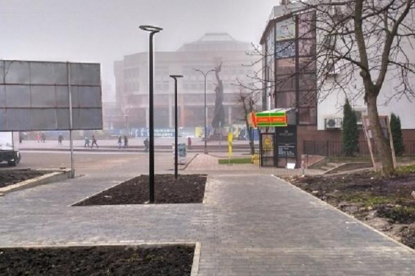 Ліхтарі та пішохідні доріжки з'явились у сквері поблизу площі Героїв Євромайдану