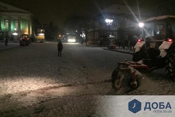 На вулиці Тернополя виїхало чимало снігоприбиральної техніки (Фото)