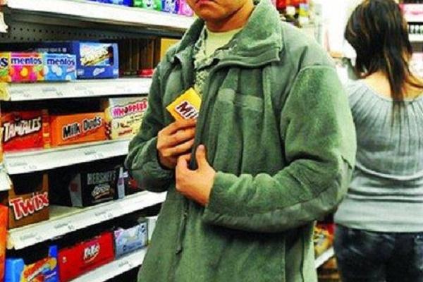 У Тернополі розшукують злочинця, який вкрав солодощів на півтисячі гривень