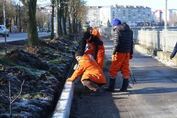 На дамбі Тернопільського ставу ремонтують тротуари