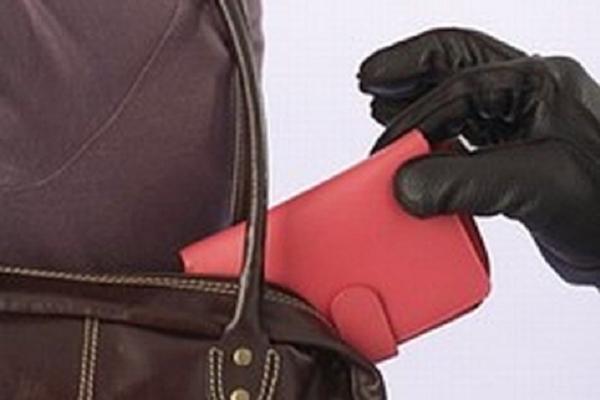На тернопільському автовокзалі злодій в дитини витяг Iphone 7 з кишені куртки