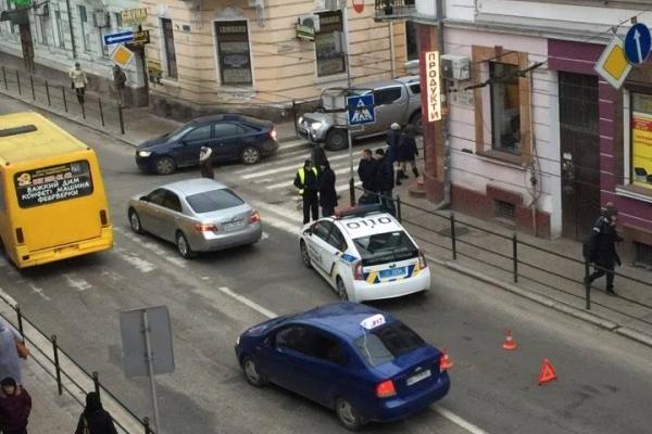 Наїзд на дитину в центрі Тернополя прокометували в патрульній поліції