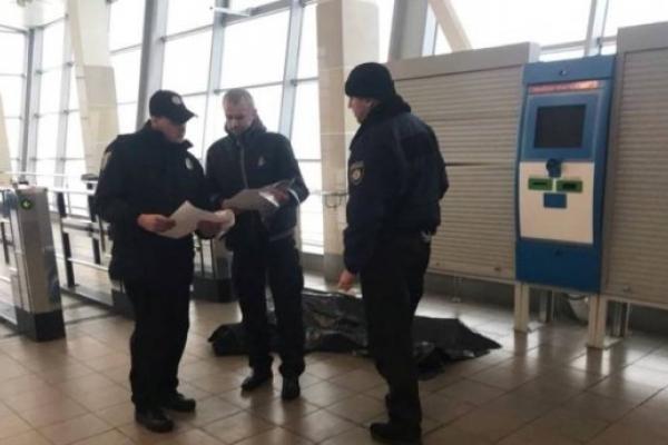 У столиці в метро знайшли мертву жінку (Фото)