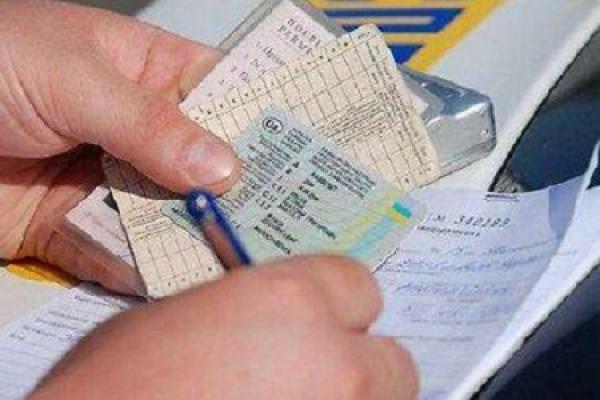 У Тернополі зупинили авто з підробленими номерами