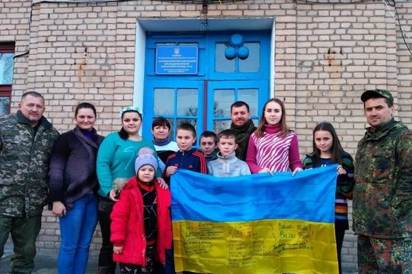 Волонтери з Тернопільщини привезли дітям біля лінії фронту подарунки на свята