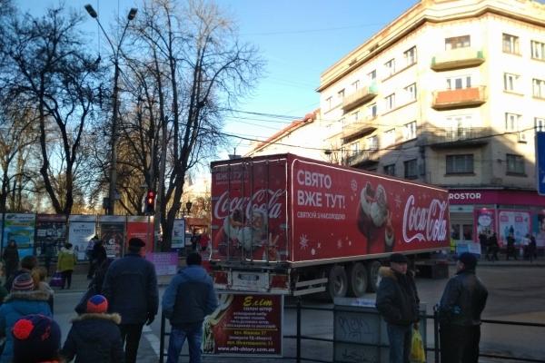 Вантажівка з відомої реклами «Coca-Cola», яку помітили в центрі Тернополя, викликала фурор (Фото)