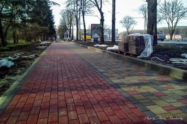В районі дамби у Тернополі ремонтують тротуари і буде велодоріжка