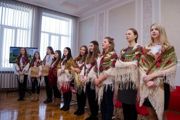Колядники з різних установ завітали до обласної державної адміністрації (Фото)