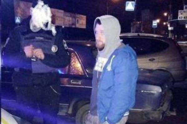 У Тернополі таксист ледь не збив жінку з візком, а потім викликав на підмогу колег