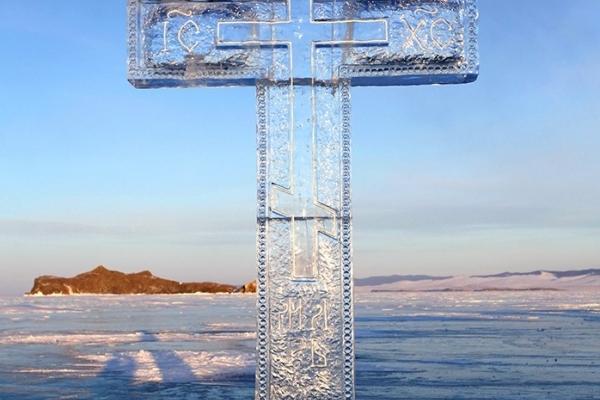 У парку Шевченка в Тернополі встановлюють великий хрест з льоду