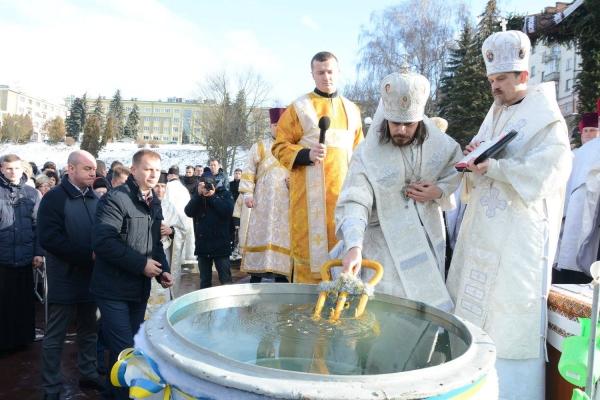 Воду на набережній Тернопільського ставу освятили владики (Фото)
