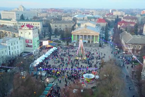 Як виглядає новорічне містечко Тернополя з висоти (Відео)