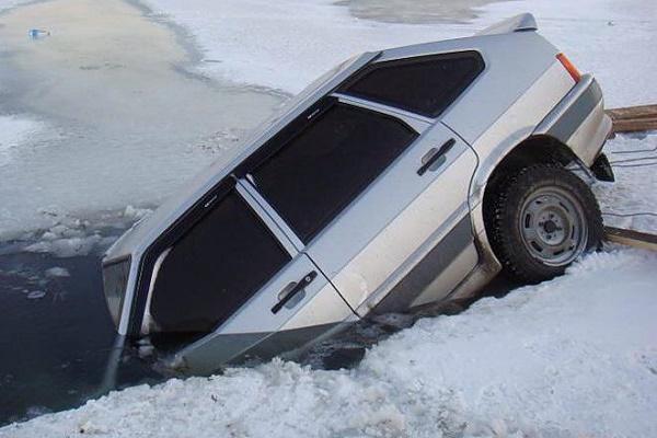 На Тернопільщині на ставу затонув автомобіль - розвага закінчилась фатально