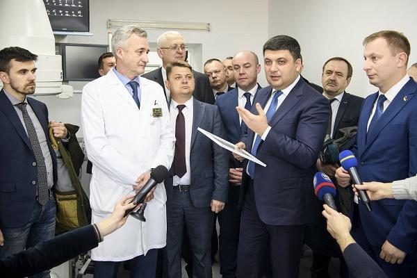 Володимир Гройсман відвідав  Тернопільську обласну університетську лікарню та вручив сертифікат на ангіограф