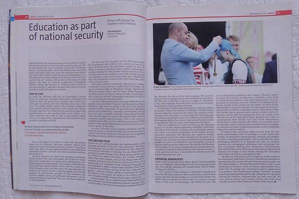 Фото синьоволосої випускниці з Тернополя ілюструє статтю в «Українському тижні»