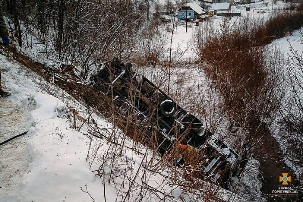 На Тернопільщині вантажівка злетіла з обриву (Фото)