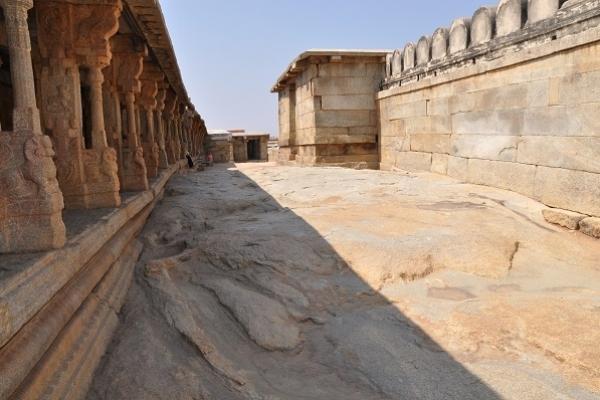 Із мандрівного записника: «Лєпакші – індійське село, у якому пуджарії оживляють храм»