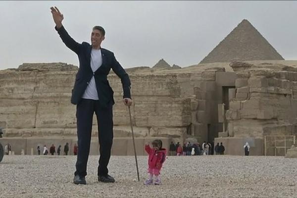 Незвичайна пара: найвищий чоловік і найнижча жінка планети (Відео)