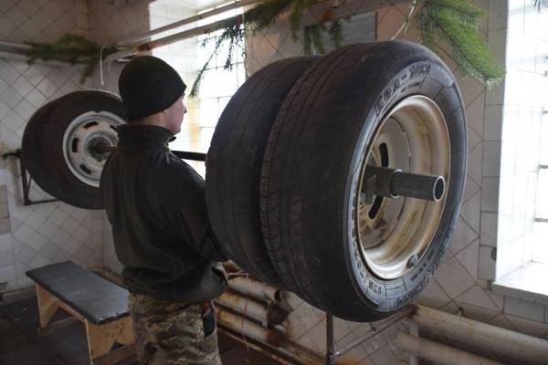 Тернопільські артилеристи на фронті облаштували «спортзал», щоб бути у відмінній формі (Фото)