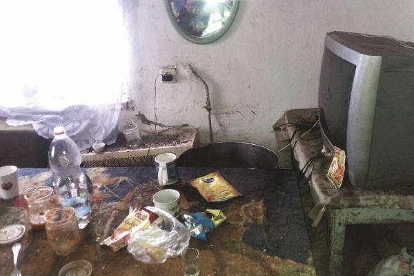 На Тернопільщині неповнолітні діти жили у смітті, бруді та повному безладі (Фото)