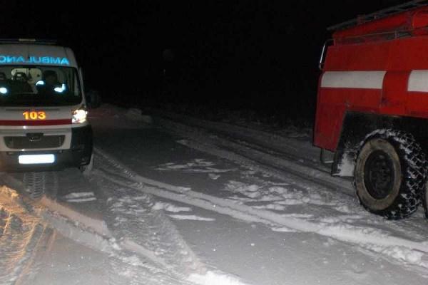 В Тернополі у сніговому наметі застряг автомобіль швидкої