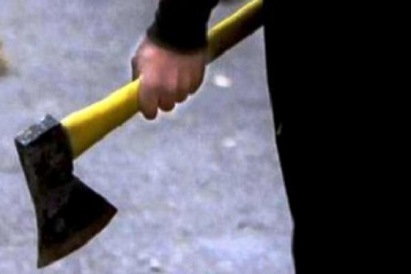 На Тернопільщині чоловік накинувся із сокирою на зятя та дав по шиї слідчій