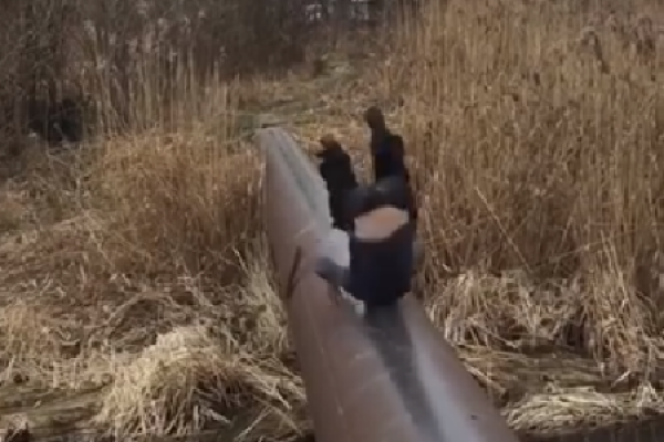 Тернополяни масово обговорюють відео, на якому чоловік у парку впав з труби у річку (Відео)